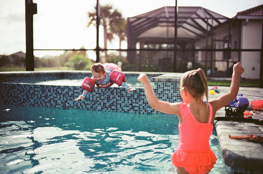 Leica-M6-Pool-Chloe-Ellie-20.jpg